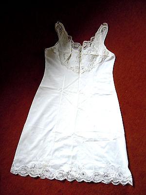 Exklusives Unterkleid mit prächtiger Spitzengarnierung Gr.40 v. MARINA chic!