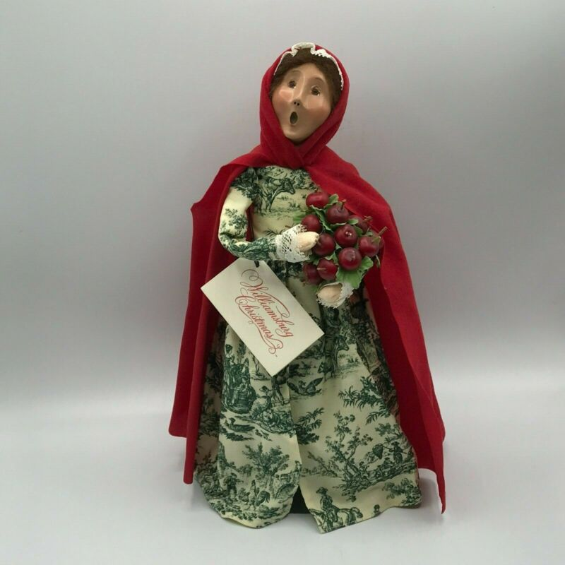 Byers Choice Caroler 2002 Colonial Williamsburg Woman Red Cape w Apple Cone MINT