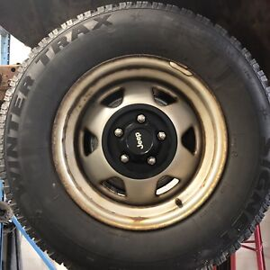 4 225/75R15 snow tires like new on Jeep rims