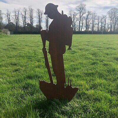 Large RUSTY METAL SIGN Lest We Forget Soldier GARDEN STATUE ORNAMENT FEATURE ART