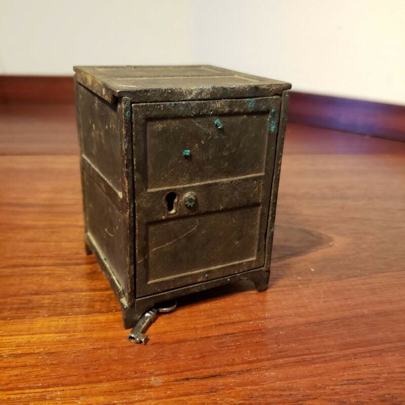 Great antique cast iron money bank with key