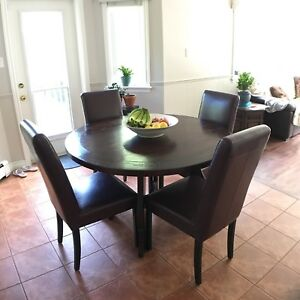 Solid wood dining table set with 4 leather chairs like new