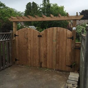 CUSTOM FENCES AND PERGOLAS