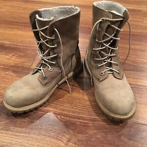 SELLING WOMENS SIZE 7 TIMBERLAND BOOTS