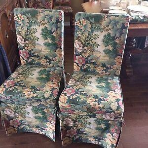 Six chaises de salle à manger avec jupette