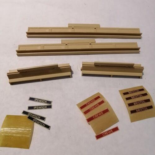 Tri-ang - R.471 Platform Fencing units x2, R.469 Seats Units x2 + Labels - HO/OO
