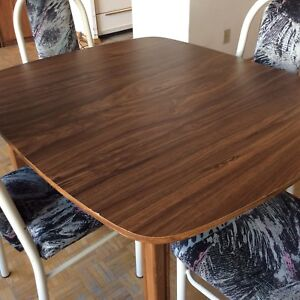 Dining table extendable,with 4 strong chairs!great conditions