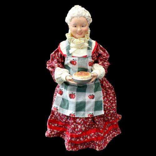 CLOTHTIQUE POSSIBLE DREAMS / MRS. SANTA CLAUS with APRON & PIE / VINTAGE 2000