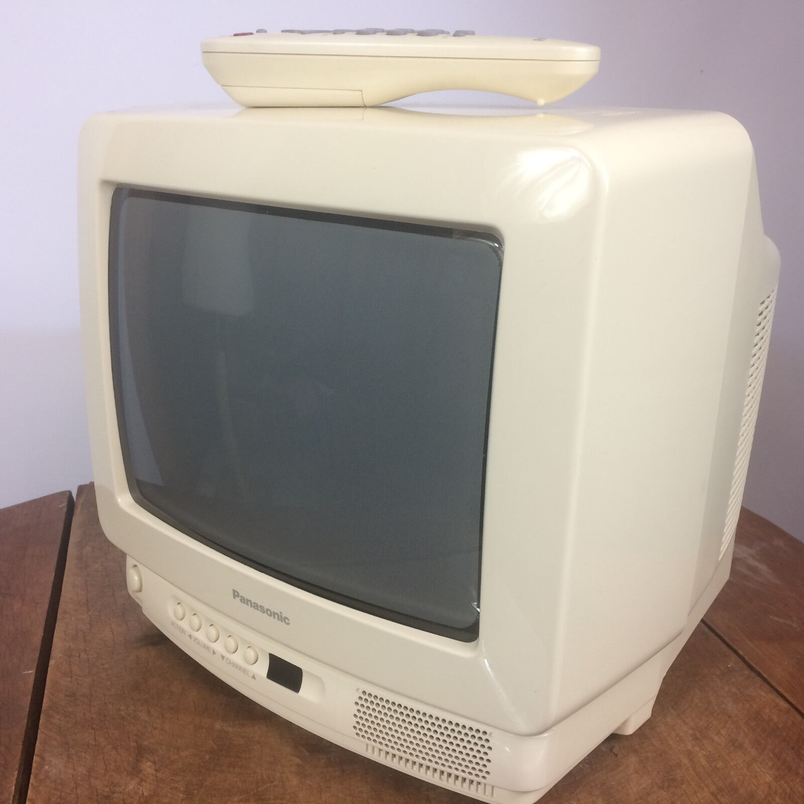 Vintage 80s 90s CRT White Panasonic TV Television w/ Remote for Video Game  Small