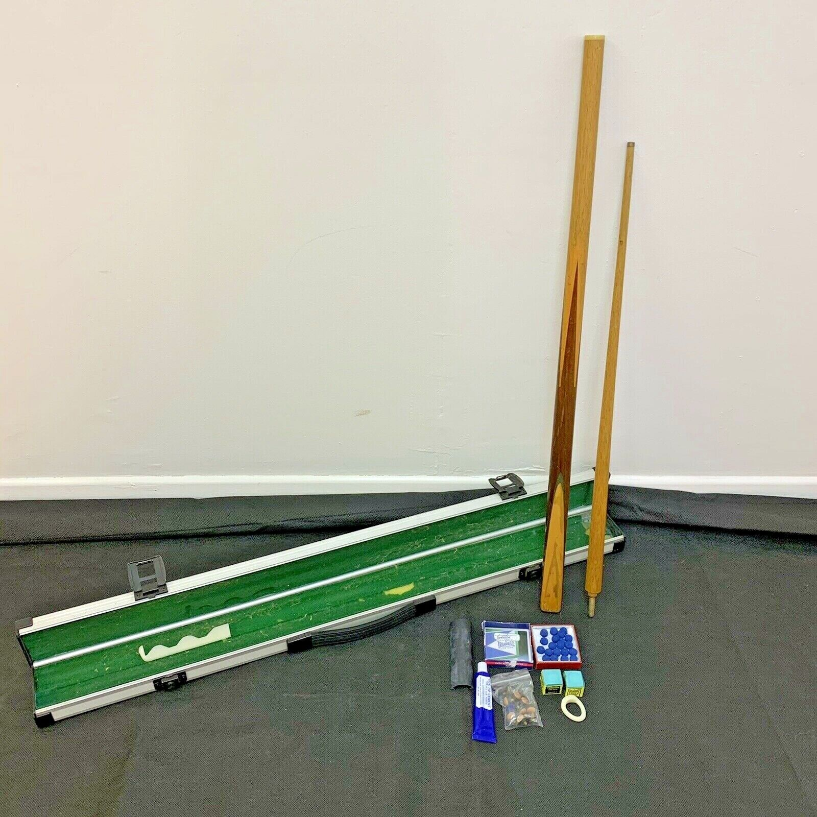 Snooker Pool Cue With 2 Chalks,Cue Tip Cement,20 Cue Tips In Secure Case