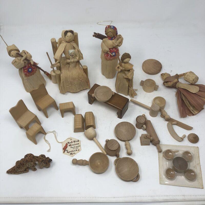 "*31 Pc  1970s Corn Husk Dolls Basket Apron Scarf 5"" Miniature Wood Furniture Vtg"
