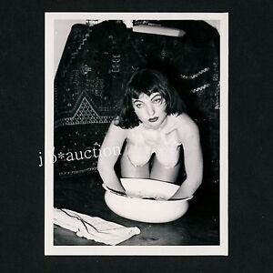 PRETTY-NUDE-WOMAN-WASHING-HERSELF-NACKTE-FRAU-WASCHT-SICH-60s-Risque-Photo-5