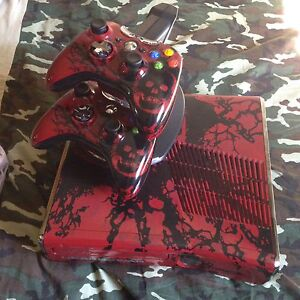 Gears of War Xbox 360 w/ 2 controllers, and games