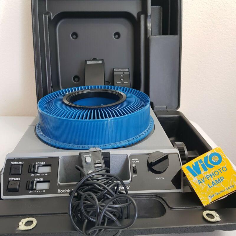 Kodak EKTAGraphic III AMT Slide Projector 75 - 120mm Case, Remote, 2 Lamps READ