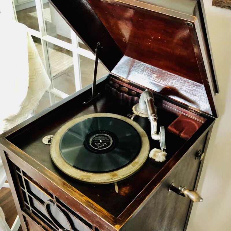 Brunswick Victrola Mahagony Cabinet Works Beautifully