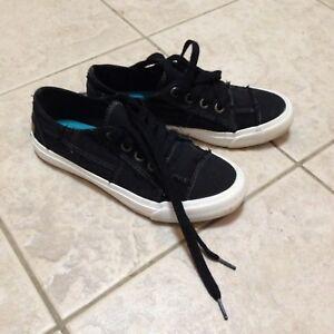 Black sport shoes, size 6