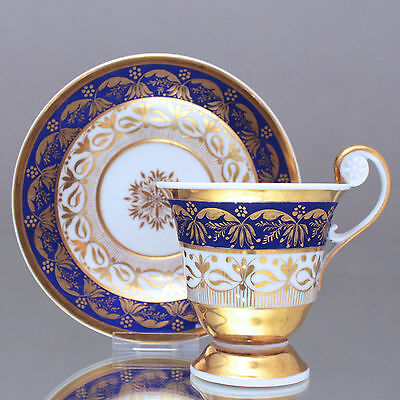 KPM Berlin um 1800: Tasse mit Rosettenhenkel, radiertes Gold, Fond matt Blau cup