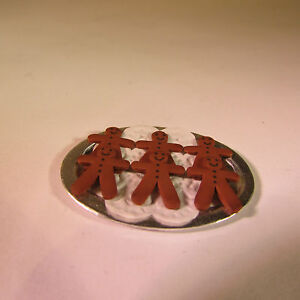 DOLLS-HOUSE-MINIATURE-FOOD-OVAL-PLATE-WITH-GINGER-BREAD-MEN