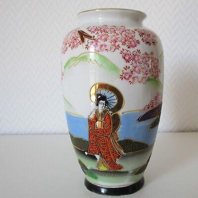 Japanische Vase mit erhabenem Dekor, Landschaft mit Geishas