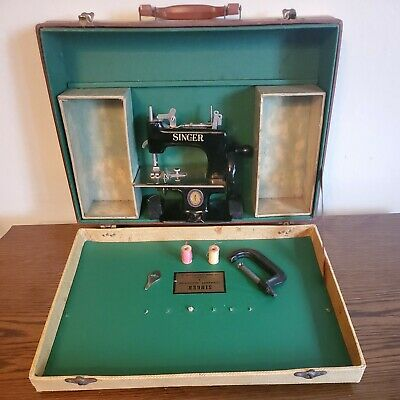 VINTAGE SINGER  TOY CENTENNIAL MODEL SEWING MACHINE MEDALLION 1851-1951 SEWHANDY
