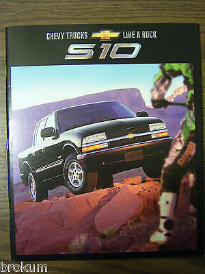 MINT ORIGINAL CHEVROLET 2002 CHEVY S10 pickup 32 PAGE SALES BROCHURE NEW (222) (Chevy S10 2002)