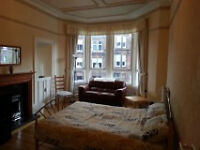 West End Hyndland 2 Bed Flat with Living Room & Breakfast Bar - Varnished Floors & Modern Facilities