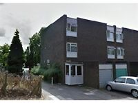 LOVELY SINGLE ROOM IN HOUSE SHARE, GARDEN, PARKING, LOCATED IN BROADHEAD STRAND, COLINDALE, NW9 5QA