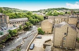 Sowerby Bridge, Halifax: Newly Refurbished Spacious 2 Bedroom Apartment- Town Centre - Unique Views