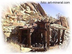 Eingang zum Stollen einer alten zerfallenen Goldmine