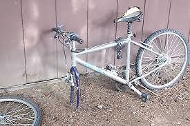Selle, poteau, dérailleur, fourches, roues pour vélo de ville