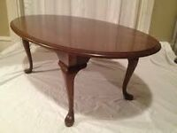 SOLID WOOD MAHOGANY EFFECT SMALL OVAL QUEEN ANNE COFFEE TABLE APPROX 46 INCHES LONG 17 INCHES HEIGHT