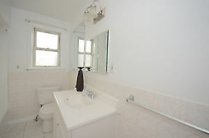 ROOM RENT - 5 MINUTES TO KENNEDY STATION