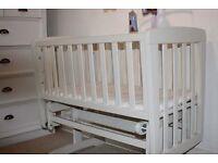 Mamas & Papas swinging white crib, good condition grab a bargain!!!