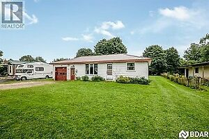 South/West Barrie! Smaller home on HUGE LOT!!! Available now!