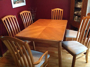 Solid Oak Diningroom Table - 6 chairs - 2 leafs