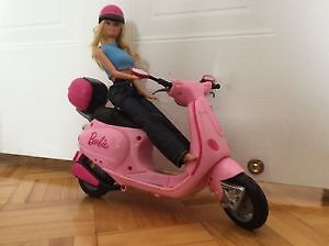 BARBIE en scooter