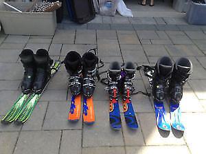 2 paires de bottes de skis alpins et minis-skis