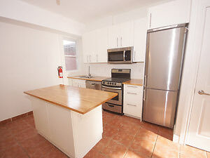 1 MONTH FREE! Close to TTC 3Bdr patio, parking grt location W/D!