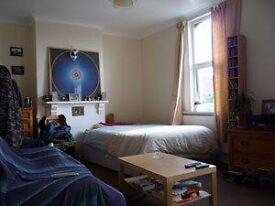 Very large double with walk-in cupboard, 25/30 min walk to centre, 15 to Temple Meads All bills inc
