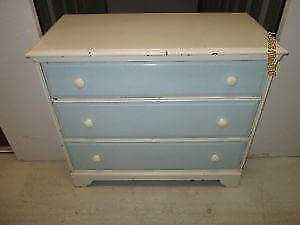 dresser 3 drawers/commode 3 tirroirs