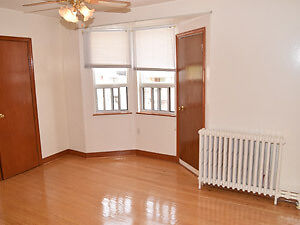 $1200- 1 bedroom apartment dufferin and Rogers AVAILABLE SEP 1st