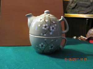 Ceramic teapot with integrated tea cup
