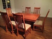 Beautiful Dining Table and Chairs / Tres belle Table a Diner