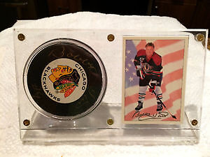 Bobby Hull #9 Black Hawks Autograph puck + card in display stand