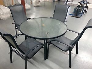 TABLE + 4 CHAISES