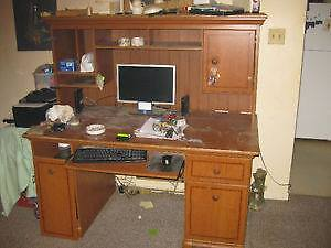 Full size desk & hutch NEED GONE ASAP ....Moving on the 30th.
