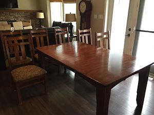 Table/Chairs & Hutch