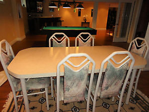 Dinning Table with 6 Chairs in Exceptional Condition