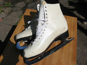 WOMENS WHITE FIGURE SKATES SIZE 6    $15.00 Cambridge Kitchener Area image 1