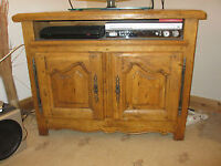 BEAUTIFUL TRADITIONAL SOLID FRENCH OAK TV STAND / CABINET / UNIT - CARVED DOORS